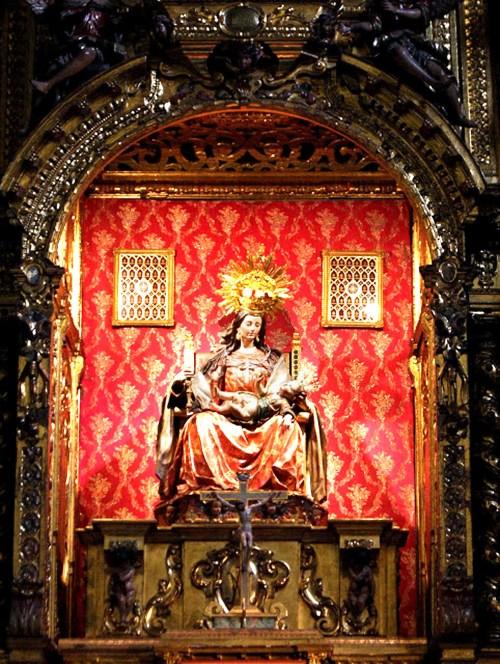 Altar Mayor 04-La Virgen cambiando los pañales al Niño