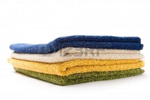 11760146-un-monton-de-toallas-en-blanco